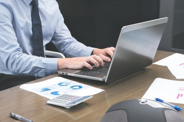 office-staff-typing-on-laptop_925x.jpg